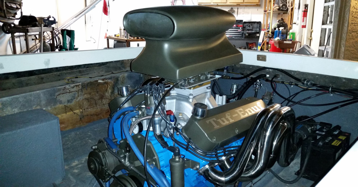 This is a 532 big block Ford that creates 700 hp. It's sitting in a 21-foot Crusader.